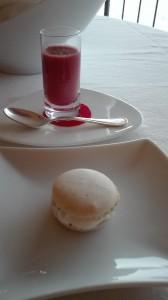 Macaron al pepe nero Sarawak e caviale di salmone; shot di gazpacho al lampone