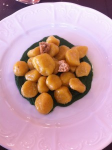 Gnocchi di zucca su pesto di spinaci e amaretti