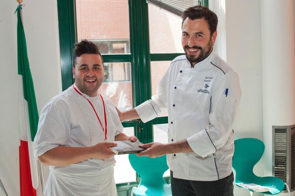 Riccardo Bassetti premia Enea Picaro, vincitore del concorso