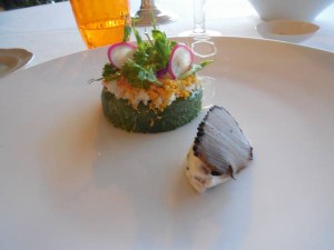 Insalata di fiori eduli e spinaci, mimosa e formaggio della Valcuvia al tartufo nero