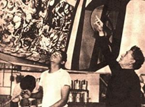 1972 Siqueiros (derecha) trabajando con Ceniceros en el Poliforum del Hotel Mexico en la Ciudad de México