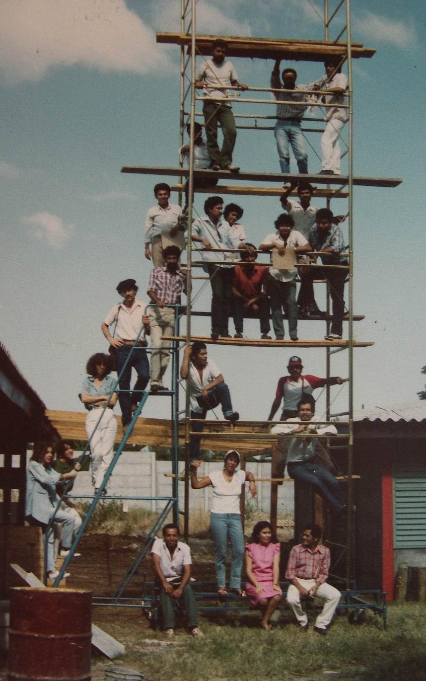 1986 - Con algunos profesores y alumnos de la nueva Escuela Nacional de Arte Publico-Monumental David Alfaro Siqueiros en Managua, Nicaragua