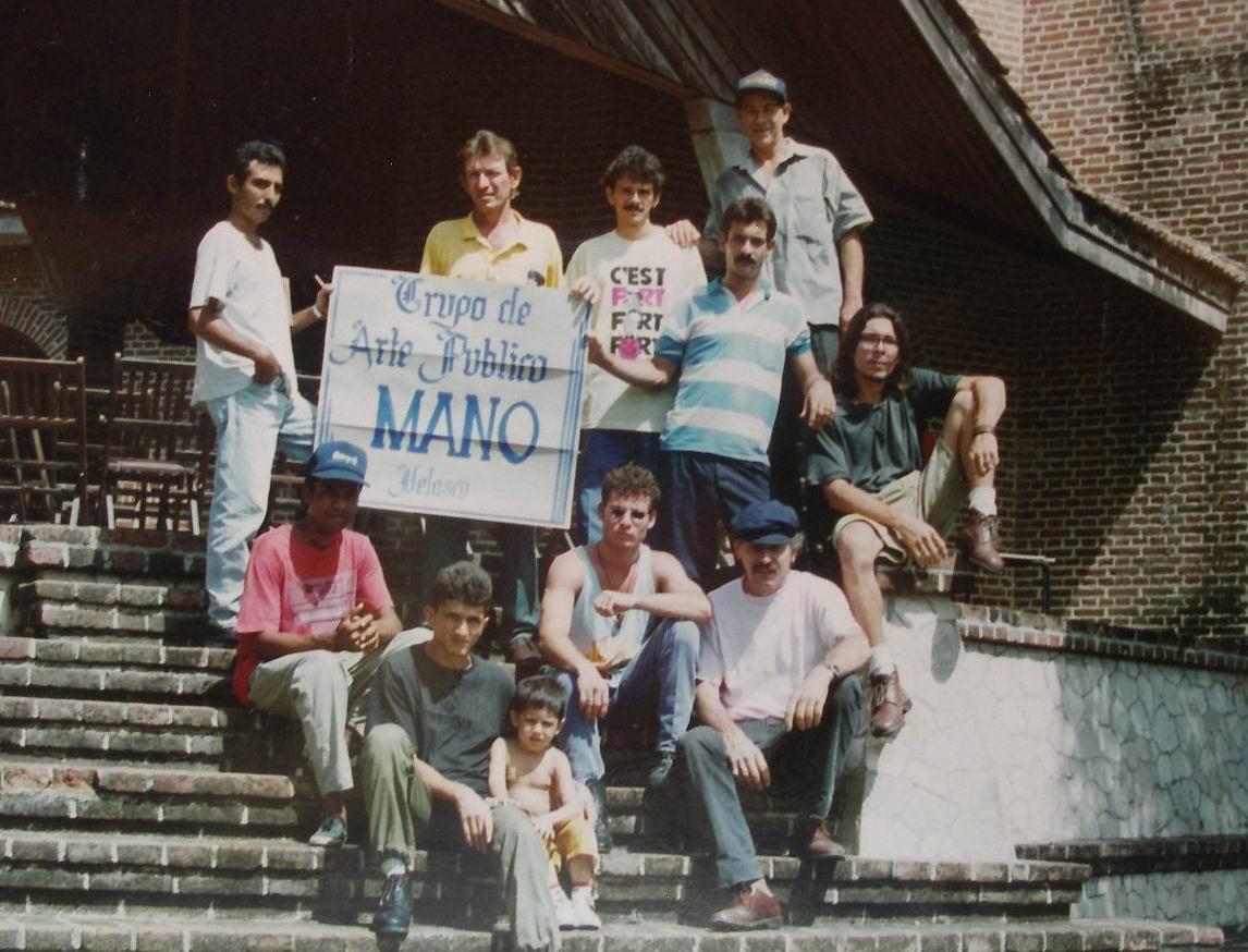 1996 Velasco (Holguin) Cuba, con algunos estudiantes de arte