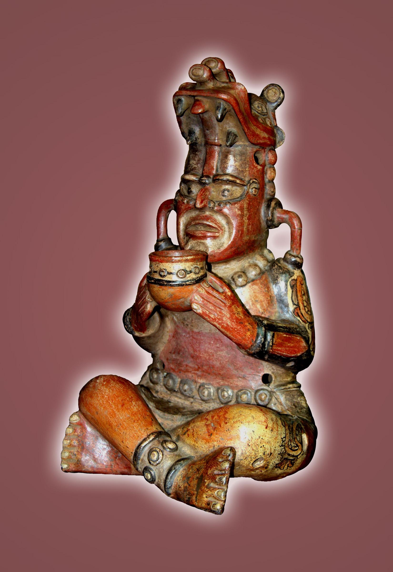 Ilustración # 1 Imagen de sacerdote maya, discípulo de Quetzalcóatl, ofreciendo al Ser Supremo los dolores y sacrificios de su pueblo y los suyos propios, con profunda reverencia y compunción. Obra de alfarería extraordinaria, muy probablemente del período clásico 600-900 de la era cristiana. Este maravilloso ejemplar de arte sacra de nuestro pueblo originario, patrimonio cultural de Nicaragua bajo el cuido de CECHAN, fue encontrado solo al inicio del año 2014. Está en proceso de ser analizada por los especialistas del Instituto Nicaragüense de Cultura, y otros especialistas en arqueología mesoamericana, bajo la dirección de Jorge Zambrana, máximo experto nicaragüense en materia de nuestros tesoros arqueológicos.
