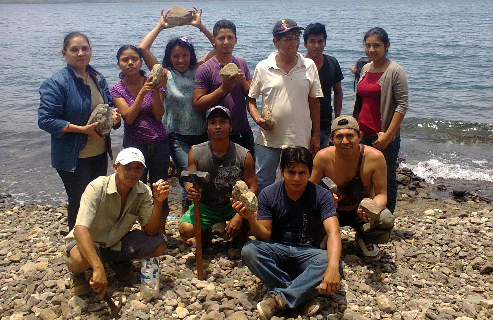 10 de Mayo 2014- Con el maestro Leonel Cerrato buscando piedras en la Laguna de Apoyo