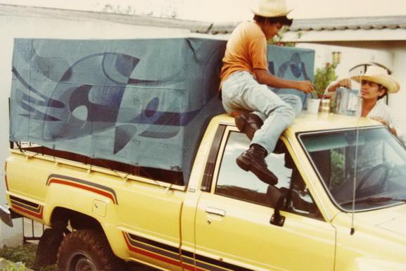 Pintando la lona de una camioneta  (pintura mural dinamica)