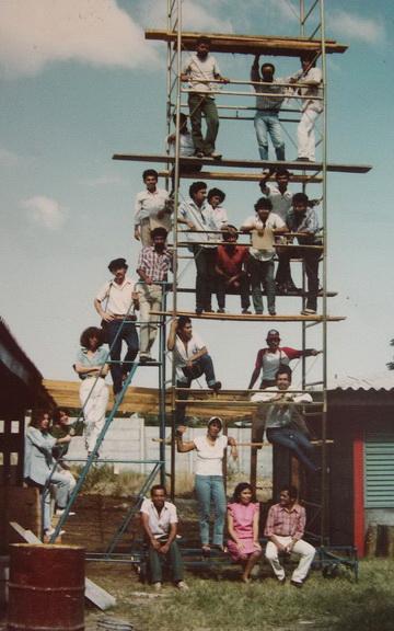 1986 Managua, con alcuni professori e alunni della nuova Scuola di Arte Pubblica
