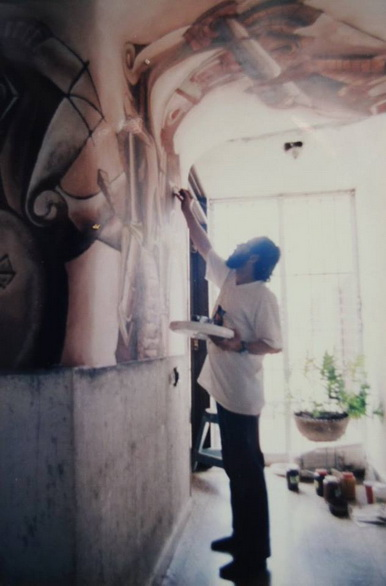 El maestro cubano LUIS MIGUEL VALDEZ pintando su mural en el CEMOAR