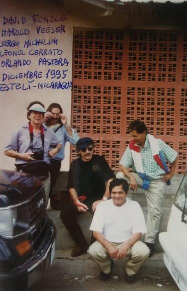 1995 LEONEL CERRATO, ORLANDO PASTORA y SERGIO MICHILINI con los historiadores del Arte estadounidenses DAVID KUNZLE y HAROLD VEESER