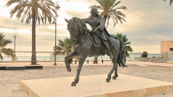 Salvatore Lovaglio, RE MANFREDI, 2015, statua equestre in bronzo, Manfredonia