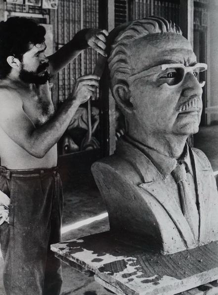 El escultor nicaragüense FLORENCIO ARTOLA, autor del retrato a Carlos Fonseca que se encuentra en la entrada del CEMOAR