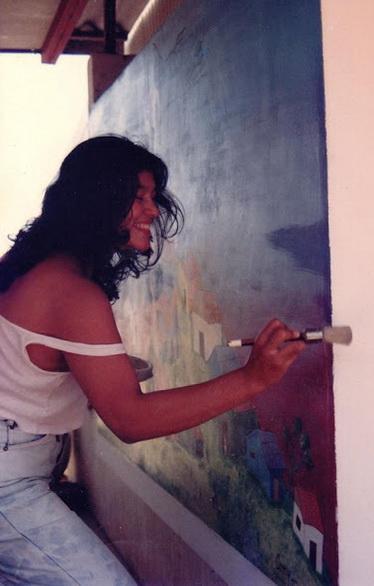 1992 La pintora y grafica nicaragüense CONY GOMEZ SILVA pintando su mural en el CEMOAR