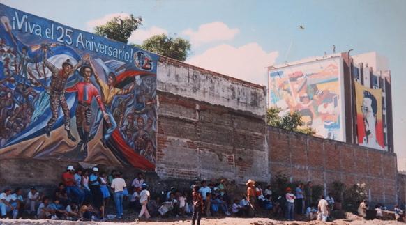 La manta del BLI MAO en Managua, con el mural Telcor del maestro Alejandro Canales en el fondo