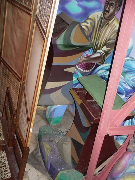 El Facistol y Pila Bautismal tirados frente al mural del Matrimonio Barreda