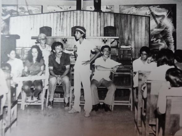 1982, CON LA VICE-MINISTRO DE CULTURA DAISY ZAMORA y un familiar (hermano?) del niño mártir LUIS ALFONSO VELAZQUEZ FLORES en la inauguración de la primera etapa de del ciclo pictórico en la Iglesia Santa Maria de los Ángeles en el Barrio Riguerro, Managua, Nicaragua.