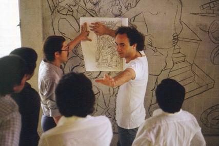 1982 El arquitecto italiano Clementino Sartori colaborando a las clases didacticos-productivas frente al mural de Luis Alfonso Velasquez