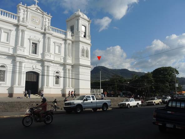 La Catedral de Matagalpa y, a la derecha, la Montaña de la Paz