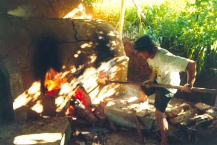 1998 De noche, llenando el Horno Noborigama en el Taller de la Serra da Bocaina en Brasil
