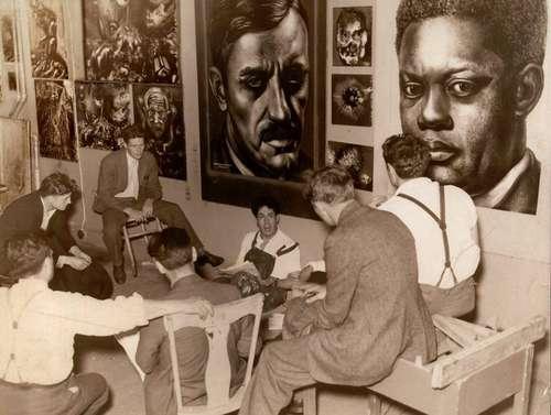 Imagen del taller de Siqueiros en Nueva York, donde aparece el muralista mexicano sentado en el piso, rodeado por sus alumnos, entre ellos Pollock, el tercero de izquierda a derecha