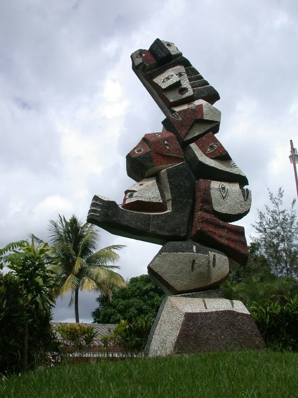 """Bárbara Roth (Suiza), Florencio Artola y Sergio Serrano (Nicaragua) """"LAS VICTIMAS DE LA GUERRA"""", 1988, mosaico escultórico en piedras naturales nicaragüenses, 5,50x2,50 mts."""