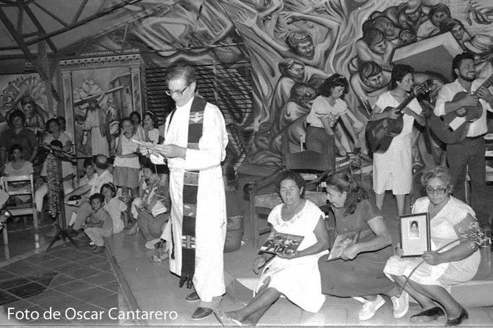 Misa oficiada por el querido padre Uriel Molina para el internacionalista Benjamin Lender junto a madres de martires de la revolución.