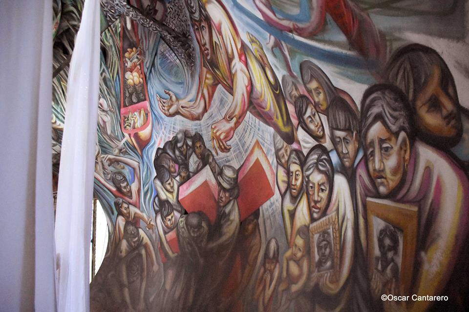Fotos de los paños que ocultan horrorosamente el mural.