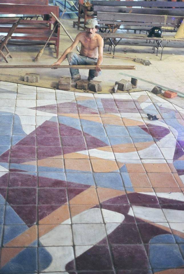 A20 El maestro Michilini trabajando uno a uno, costosamente el piso del altar que retiraron y fué sustituido con cerámica para inodoros.