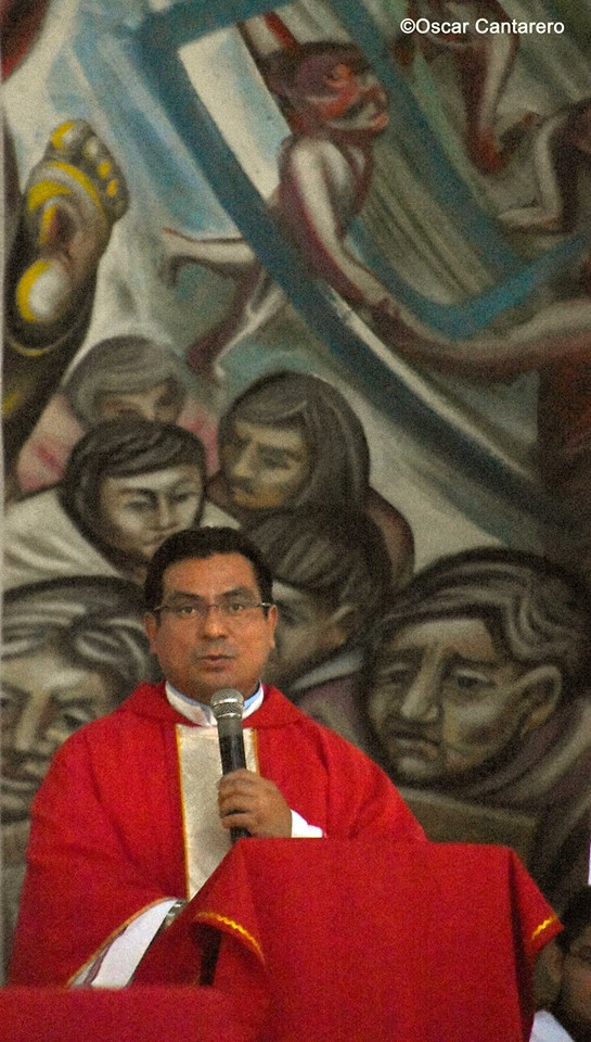 El presbitero LESTER ZELAYA MEDINA quien ha iniciado la destruccion del histórico trabajo artístico.