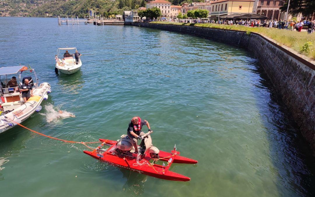 Sorrisi e stupore a Luino per Alessandro che ha attraversato il Lago Maggiore in Vespa
